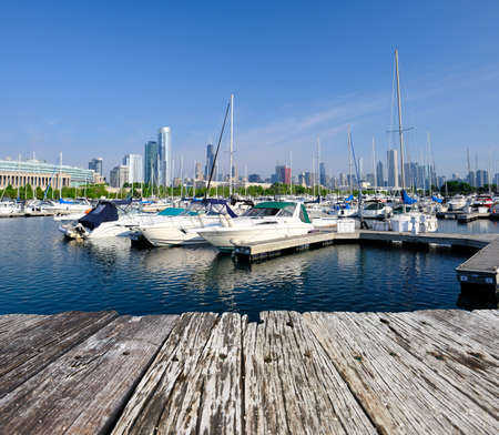 Photo pour Chicago skyline in the morning with urban marina in front and old wooden pier - image libre de droit