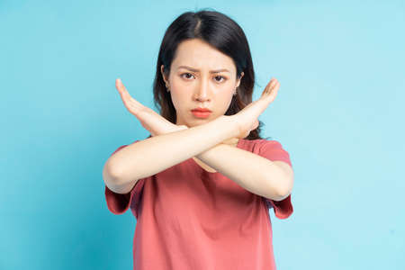 Photo pour Beautiful Asian woman making an X by hand with an angry face - image libre de droit