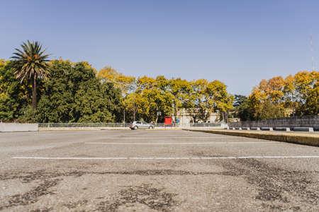 Foto de Car parking with few vehicles with white markings separating the spaces. - Imagen libre de derechos