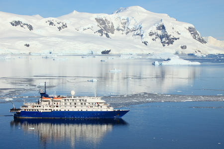 Photo pour Cruising Ship in the Antarctic Ocean - image libre de droit
