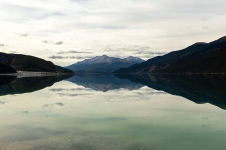 Foto de Reflections at Lake Muncho in Canada - Imagen libre de derechos