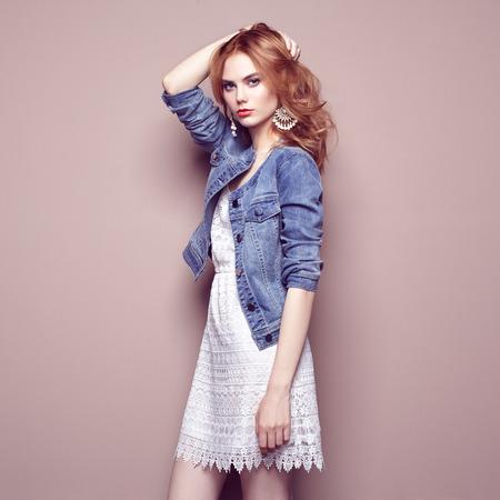 Foto de Fashion portrait of beautiful young woman in a summer dress. Beauty spring photo - Imagen libre de derechos