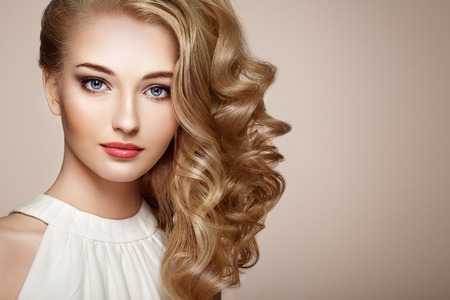 Foto de Fashion portrait of young beautiful woman with jewelry and elegant hairstyle. Blonde girl with long wavy hair. Perfect make-up.  Beauty style woman with diamond accessories - Imagen libre de derechos