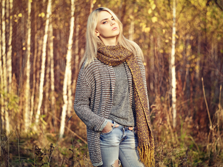 Photo pour Portrait of Young beautiful woman in autumn pullover. Fashion photo. Blonde girl. Perfect make-up - image libre de droit