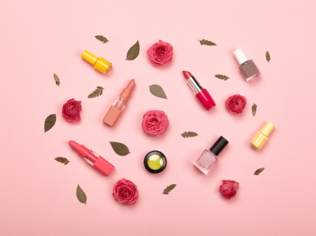 Foto de Fashionable Women's Cosmetics and Accessories. Falt Lay. Nail Polish and Lipstick. Beautiful Roses Flower. Make Up Cosmetic items Top View - Imagen libre de derechos