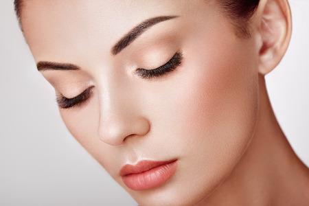 Foto de Beautiful Woman with Extreme Long False Eyelashes. Eyelash Extensions. Makeup, Cosmetics. Beauty, Skincare - Imagen libre de derechos