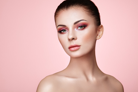 Photo pour Beautiful Young Woman with Clean Fresh Skin. Perfect Makeup. Beauty Fashion. Eyelashes. Cosmetic Eyeshadow. Highlighting. Cosmetology, Beauty and Spa - image libre de droit