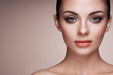 Photo pour Beautiful Woman with Extreme Long False Eyelashes. Eyelash Extensions. Makeup, Cosmetics. Beauty, Skincare - image libre de droit