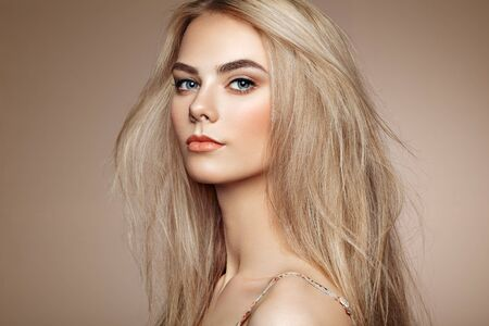 Photo pour Portrait of beautiful young woman with blonde hair. Girl with long healthy and shiny smooth hair - image libre de droit
