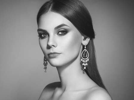 Photo pour Brunette Girl with Long and shiny Smooth Hair. Beauty Fashion. Eyelashes. Cosmetic Eyeshadow. Care and Beauty Hair products. Perfect Make-Up and Jewelry - image libre de droit