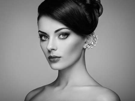 Photo pour Fashion portrait of young beautiful woman with jewelry and elegant hairstyle. Brunette girl. Perfect make-up.  Beauty style woman with diamond accessories - image libre de droit