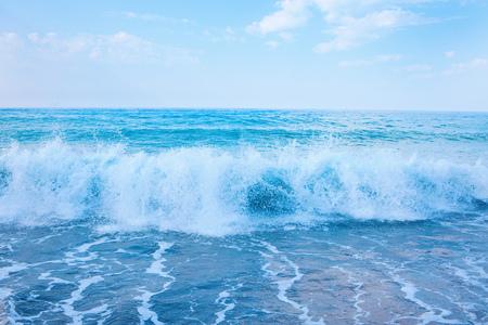 Photo pour Beautiful view of splashing blue waves near the beach. - image libre de droit