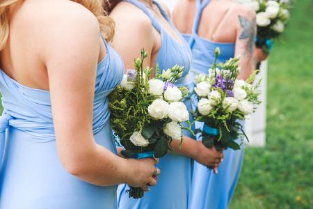 Foto de Wedding ceremony flower in hands of bridesmaids - Imagen libre de derechos