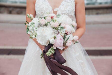 Photo pour wedding bouquet in brides hands outdoor in wedding day - image libre de droit