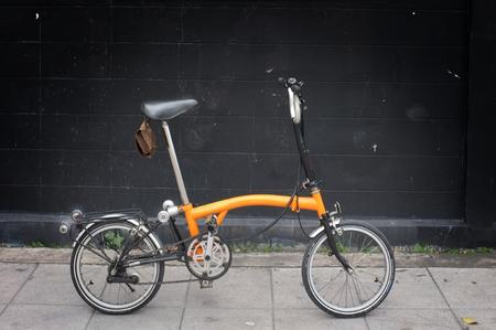 Photo pour A Orange Brompton folding bicycle - image libre de droit