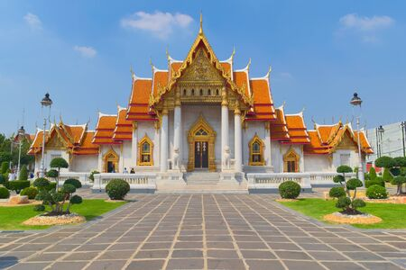 Photo pour Temple of Wat Benchamabophit, located in Bangkok, Thailand, also known as the Marble Temple. Front view. - image libre de droit