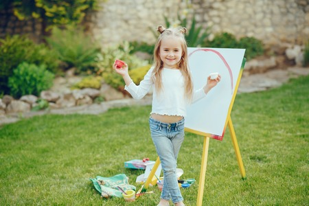 Foto per Little girl drawing - Immagine Royalty Free
