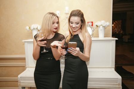 Photo pour ladies with wine - image libre de droit
