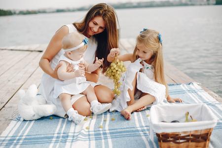 Foto de Mother with two daughters - Imagen libre de derechos
