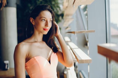 Photo pour Elegant lady in a pink dress - image libre de droit