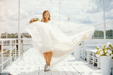 Foto de Beautiful bride in a long white wedding dress - Imagen libre de derechos