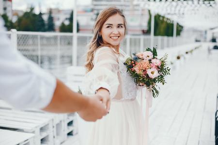 Foto de Beautiful bride with her husband in a park - Imagen libre de derechos