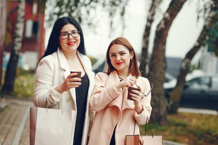 Photo pour girls love shopping - image libre de droit