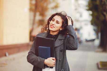 Photo pour The girl walks on the streets of the city - image libre de droit