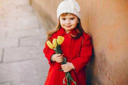 Foto de litlle girl with flowers - Imagen libre de derechos