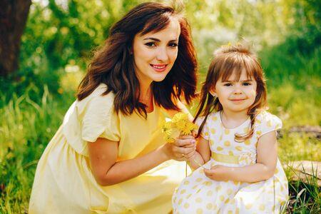 Photo pour mother with daughter in a solar park - image libre de droit
