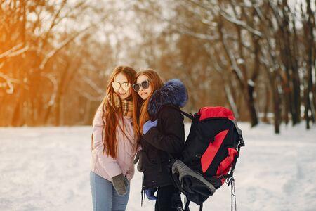 Photo pour girls with backpack - image libre de droit