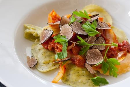 Photo pour Freshly made italian ravioli pasta with slices of black truffle - image libre de droit