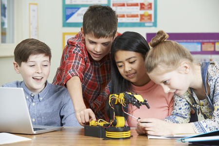 Photo pour Pupils In Science Lesson Studying Robotics - image libre de droit