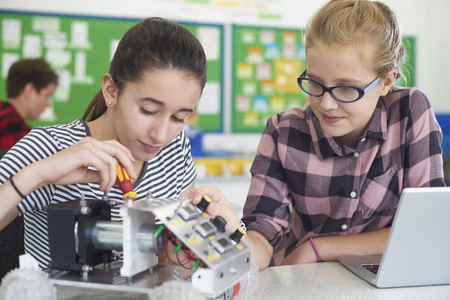 Photo pour Female Pupils In Science Lesson Studying Robotics - image libre de droit