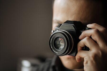 Photo pour man holds film vintage camera Close up - image libre de droit