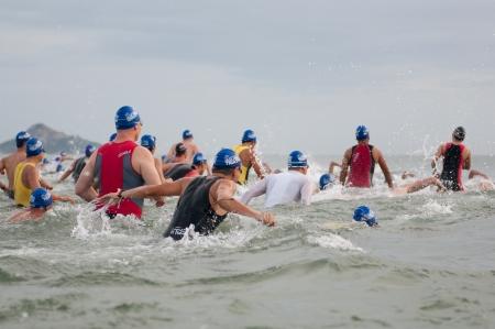 Photo pour HUA HIN, THAILAND - AUGUST 19 - Unidentified Triathlon competitors in Queen - image libre de droit