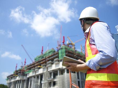 Photo pour Construction worker using tablet - image libre de droit