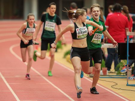 Photo pour LINZ, AUSTRIA - FEBRUARY 6, 2015: Runners compete in the 4x200m mixed relay event in an indoor track and field event. - image libre de droit