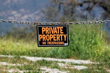 Photo pour black orange white private property hanging sign - image libre de droit