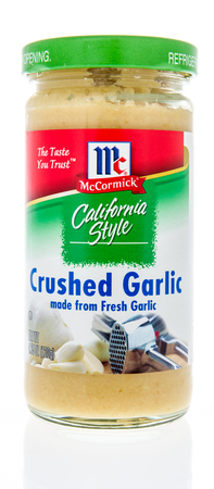 Photo pour Winneconne, WI - 21 February 2019: A package of McCormick California style crushed garlic on an isolated background - image libre de droit