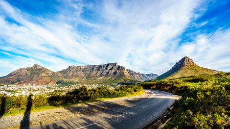Photo pour Sun setting over Cape Town, Table Mountain, Devils Peak, Lions Head and the Twelve Apostles. Viewed from the road to Signal Hill at Cape Town, South Africa - image libre de droit