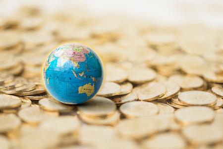 Photo pour Earth model and gold coins - image libre de droit