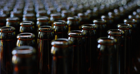 Photo pour Automated industrial chain of bottles for beer and alcohol. The concept of industry and the sectors of automation and robots. - image libre de droit