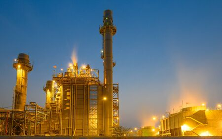 Photo pour Glow light of petrochemical industry on sunset and Twilight sky ,Power plant,Energy power station area - image libre de droit