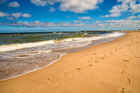 Photo pour lonesome beach of the Baltic Sea with blue sky and clouds - image libre de droit