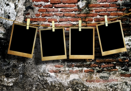 Photo pour Old picture frame hanging on clothesline on grunge wall  - image libre de droit
