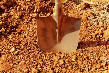 Photo pour Shovel putted into heap of ground - image libre de droit