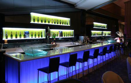 Photo pour Bar in trendy club - image libre de droit