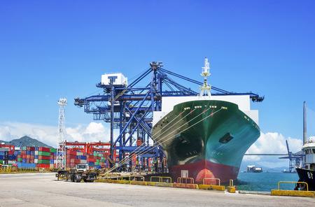Foto de industrial port with containers - Imagen libre de derechos