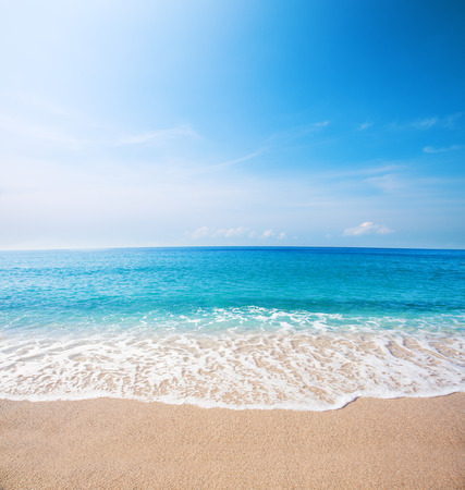 Foto de beach and beautiful tropical sea - Imagen libre de derechos
